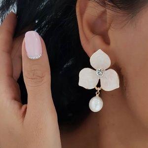 *BENTLEE* Flower x Pearl Fashion Dangle Earrings
